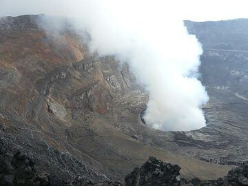 Day 5 - Once the sun is up over the caldera it is much more difficult to see the lava lake´s surface through the thick gas plumes (Photo: Ingrid Smet)