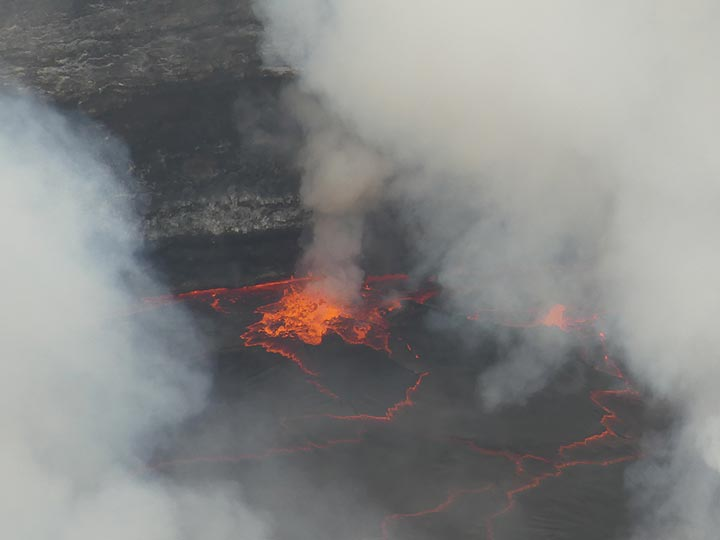 Day 5 - Exploding gas bubble at the edge of the lava lake (Photo: Ingrid Smet)
