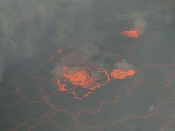 Day 5 - Daytime view of the spattering lava fountains on the lake´s surfce (Photo: Ingrid Smet)