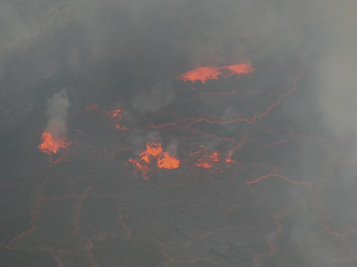 Day 5 - Gas bubbles explode and break through the lava lake´s surface (Photo: Ingrid Smet)