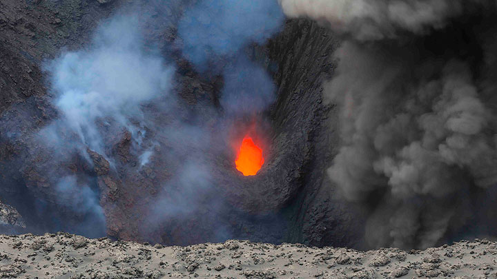 View onto one of the active vents of Yasur volcano (Tanna Island, Vanuatu) (16 Sep 2016) (Photo: Hermann)