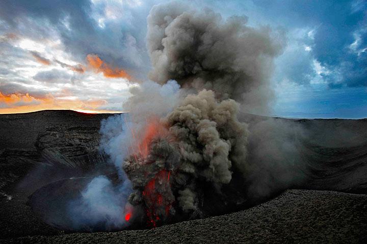 Strombolian eruption from Yasur volcano (Tanna Island, Vanuatu) (16 Sep 2016) (Photo: Hermann)