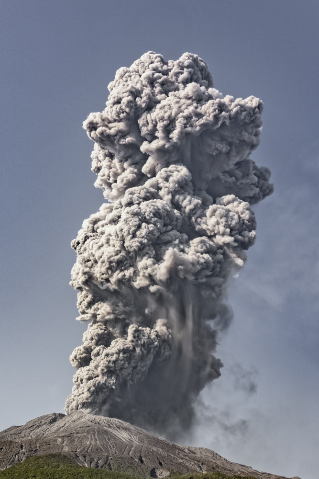 Large explosion with 2 km ash column (Photo: Ivana Dorn)