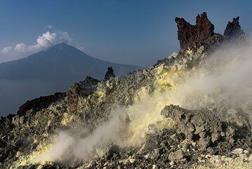 Sulphur deposits on the top of Anak Krakatau (Photo: Ivana Dorn)