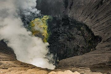 As soon as there is less steam, it is possible to see the Bromo's crater, even the sulphur wall inside (Photo: Ivana Dorn)