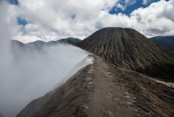 Walking back at the edge of Bromo's crater (Photo: Ivana Dorn)