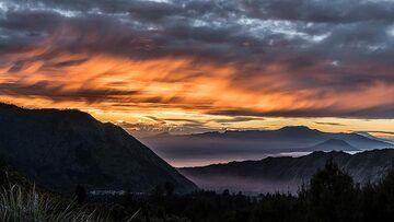 Flames in the sky, Ijen volcano in the background (Photo: Ivana Dorn)
