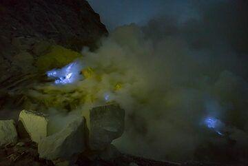 The blue fire of Ijen seen before dawn (Photo: Ivana Dorn)
