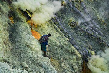 Miner of Ijen at work (Photo: Ivana Dorn)