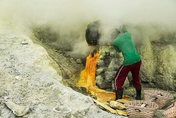 Ijen, a hard work of miners, without a gas mask (Photo: Ivana Dorn)