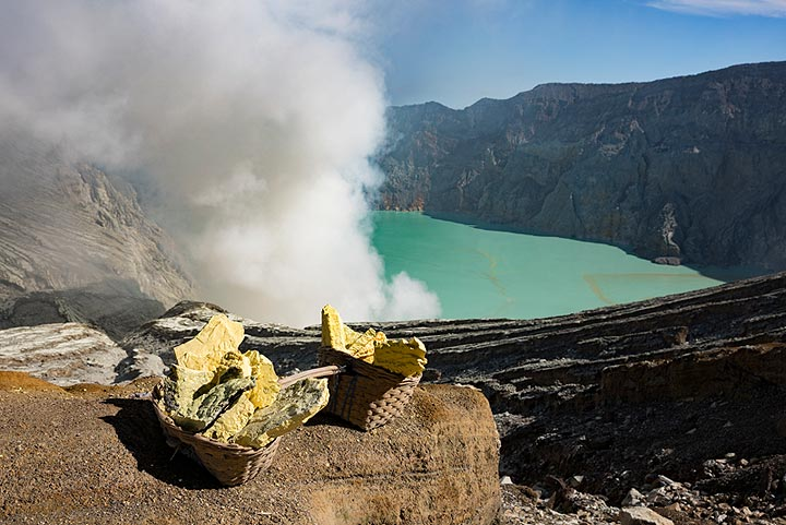 A view of the crater lake of Ijen on the way back (Photo: Ivana Dorn)