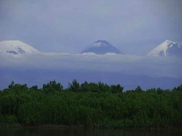First glance at Kluchevskoy volcano (center) and Kamen volcano (right); Ushkovsky volcano to the left from afar (Photo: Anastasia)