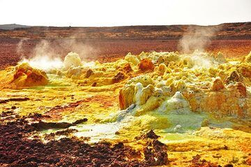 Lava at depth is the creator of the colourful springs, small geysirs and salt deposits at Dallol (Photo: Anastasia)
