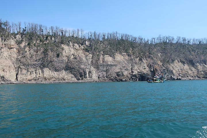 Pumice cliff of Panjang Island (1883 eruption deposits form most part of the cliff). (Photo: AndreyNikiforov)