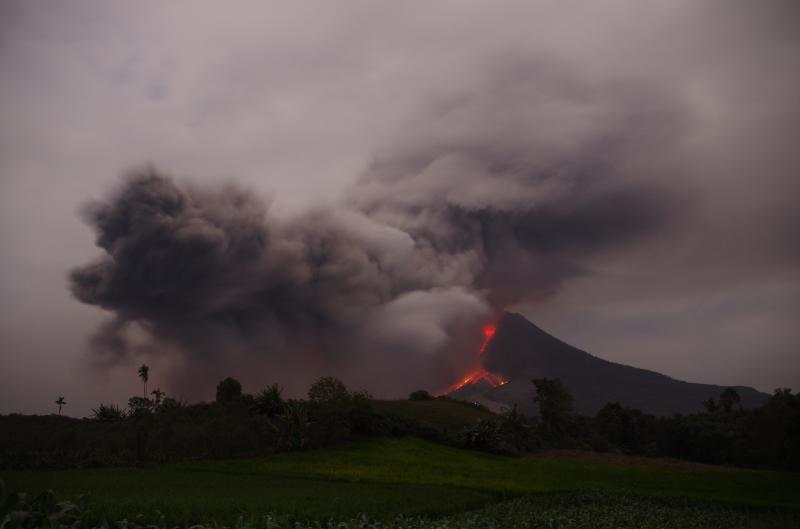 Aris Yanto (NdesoAdventures) who is currently on location sent us some impressions from the activity at Sinabung volcano (Karo Prov., Sumatra, Indonesia) taken during 16-20 Jan 2014. (Photo: Aris)