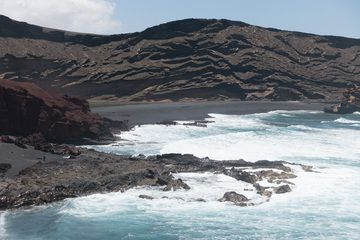 Lanzarote 2016 - Charco de los clicos Pt.1: An example of Hydrovolcanism - the crater of the volcano Montaña de Golfo (Photo: Ayasha27)