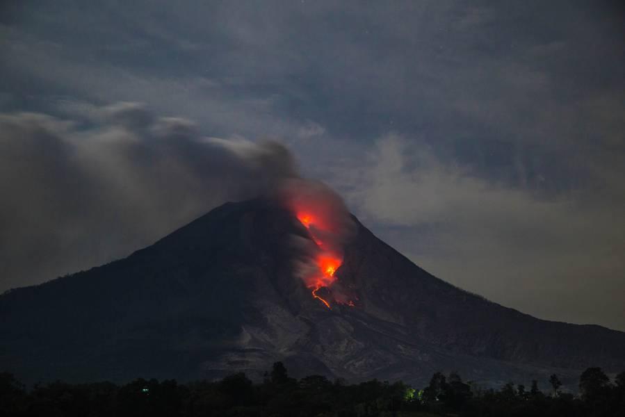 Active lava flow and incandescent rockfalls at Sinabung volcano (Sumatra, Indonesia) in March 2015 (Photo: Bastien)