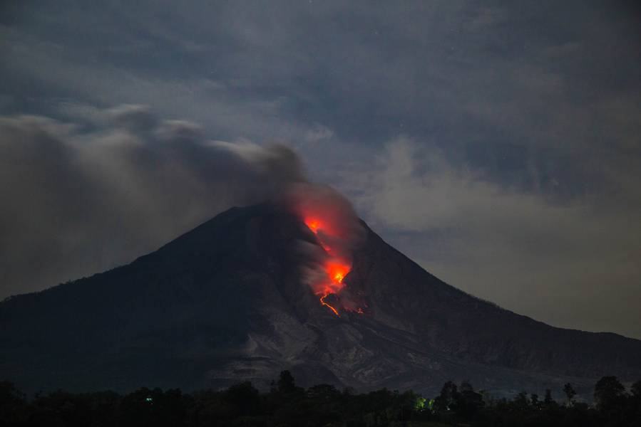 Active lava flow and incandescent rockfalls at Sinabung volcano (Sumatra, Indonesia) in March 2015 (Photo: Bastien)