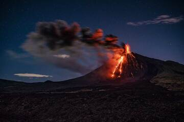 Our friend volcano photographer and expedition organizer Diego Rizzo from Guatemala shared some of his impressions taken at Fuego and Pacaya volcanoes during Feb-May 2021. Both volcanoes have been in permanent activity during the past years and provide fantastic opportunities for tours to see active volcanoes from close. (Photo: Diego Rizzo)