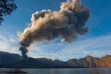 Ash plume from Barujari cinder cone in eruption (Rinjani volcano, Indonesia, Dec 2015) (Photo: Fady Kamar)