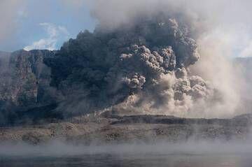 Powerful explosion at Barujari cinder cone in eruption (Rinjani volcano, Indonesia, Dec 2015) (Photo: Fady Kamar)