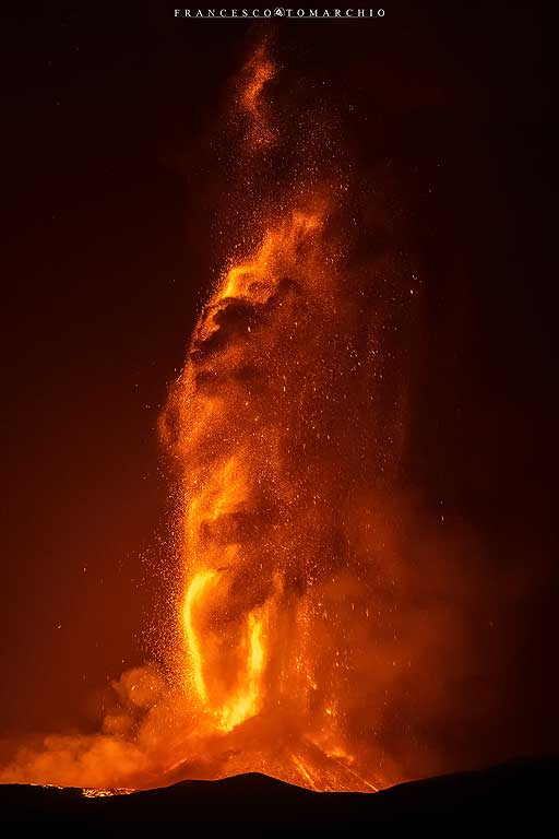The lava fountain at its peak reaches over 1000 m in height! (Photo: FrancescoTomarchio)