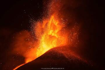 Beginning of the violent lava fountaing phase late at night. (Photo: FrancescoTomarchio)