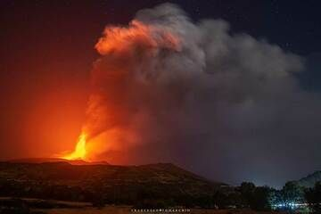 Wide-angle view of the volcano with the lava fountain and the tall eruption column, producing a dense ash plume drifting towards the east where it rains lapilli and black ash. (Photo: FrancescoTomarchio)