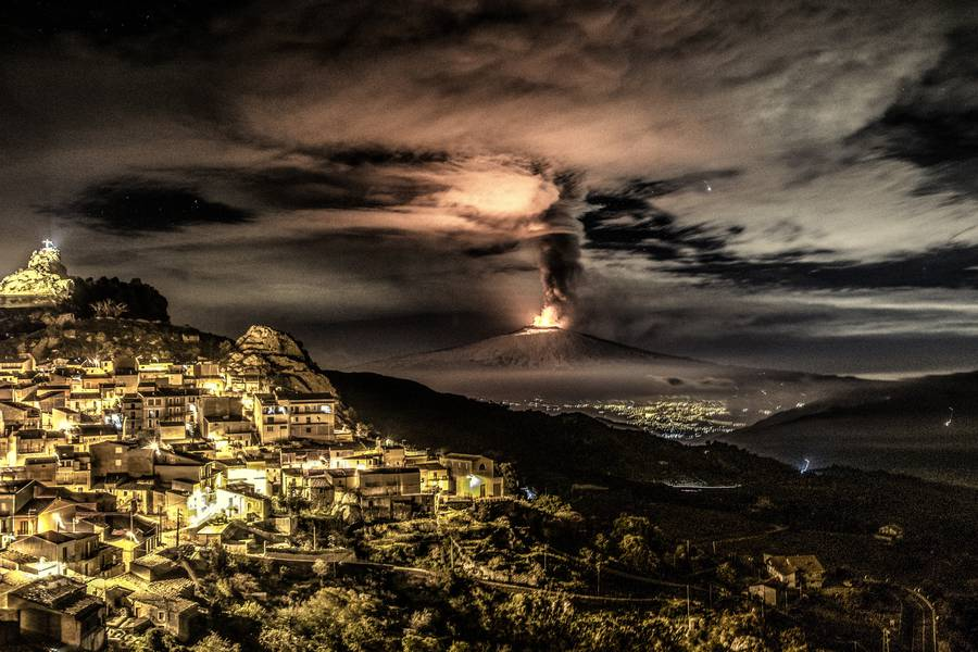 Etna's paroxysm from Voragine crater on 4 Dec 2015, seen from Cesarò (Photo: Giuseppe Famiani)