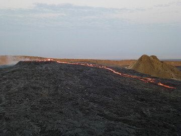 A new pahoehoe lava overflow has formed and makes it outward from the lava lake´s vent (Photo: Hans and Jooske)