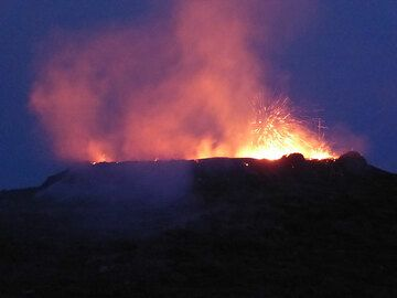 The strong glow of the boiling hot lava quickly becomes more visible after sunset, turning the explosions at the surface of the lava lake into a fireworks display (Photo: Hans and Jooske)