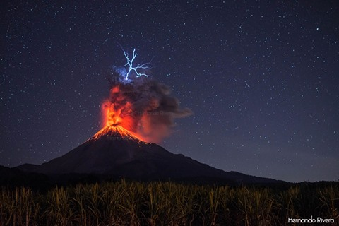 Vulcanian eruption at Colima volcano with lightning on 26 Jan 2017 (Photo: Hernando Rivera)