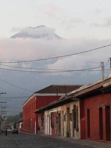 Volcan de Agua from Antigua, Guatemala (2014) (Photo: Hugues)