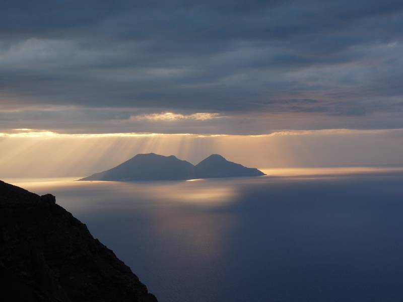 Rays of evening sunlight iluminating the volcanic island of Salina; picture taken from Stromboli's viewpoint Pizzo, 2nd January 2013 (Photo: Ingrid)