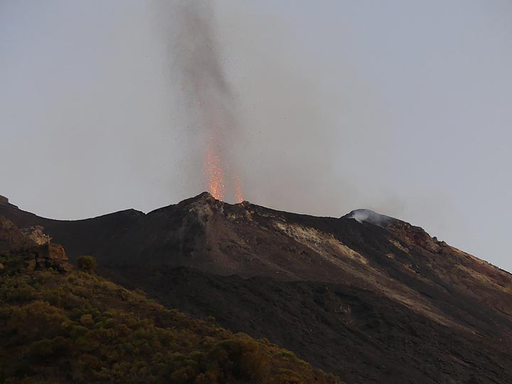 On the eastern edge of the crater terrace are two active vents which, usually at the same time, have prolonged candle-shaped explosions... (Photo: Ingrid)