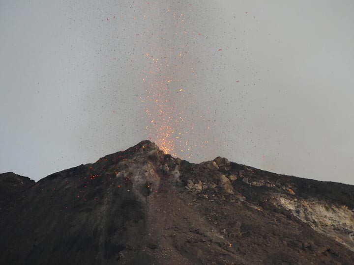 ...looking like miniature, very short lived, lava fountains that shower the area around the vent with fresh lava... (Photo: Ingrid)