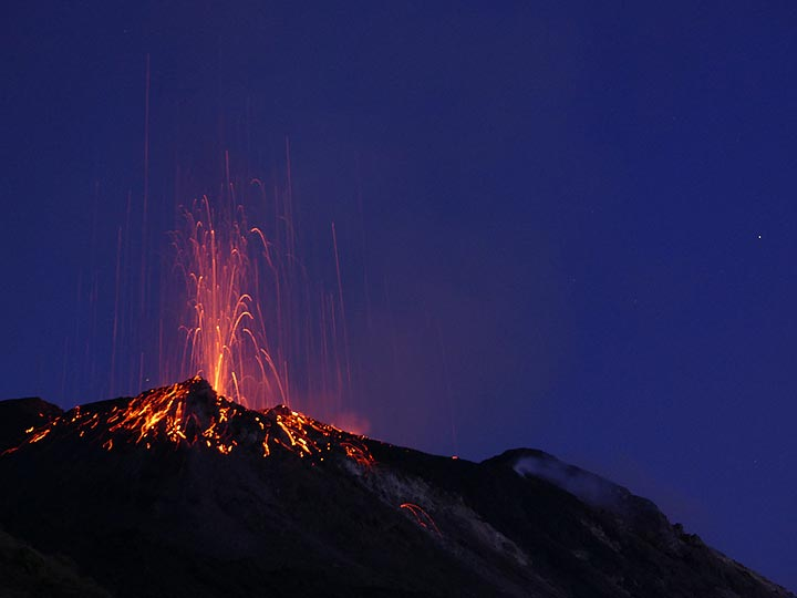 Final stage of a candle like explosion and the fresh incandescent lava bombs it erupted. (Photo: Ingrid)