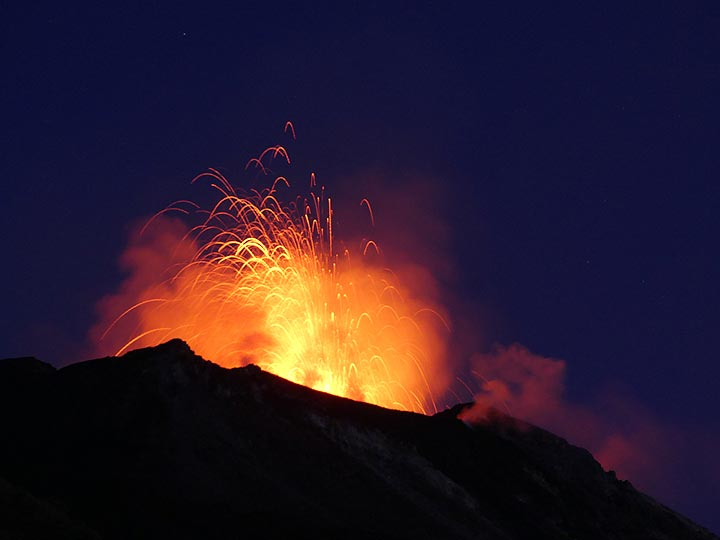 Shorter but much larger explosions of large lava bubbles are frequently observed from a presumable large vent in the central part of the crater terrace. (Photo: Ingrid)