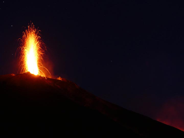 Strong simaltaneous eruption from the two eastern vents and in the bottom right corner the red glow of the lava flows on the other edge of the Sciara. (Photo: Ingrid)