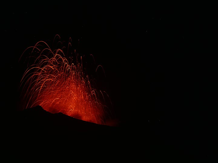 After glow and last falling incandescent bombs from a large explosion from the central vent. (Photo: Ingrid)