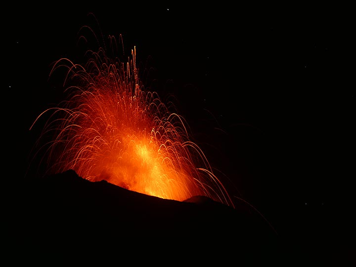 Large explosion from the central vent of the active crater terrace. (Photo: Ingrid)