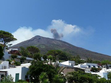 25 July: During the daytime one can often observe thick grey ash clouds from large explosions rising above the volcano's crater terrace. (Photo: Ingrid)