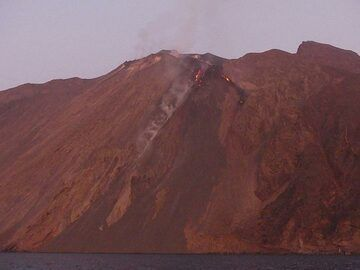 Dark deposits represent the multiple lava flows that reached the sea after the 3 July 2019 paroxysm... (Photo: Ingrid)