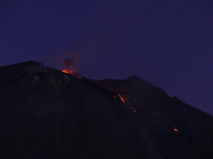 Red glow above the crater terrace and active lava flow fronts at dusk. (Photo: Ingrid)