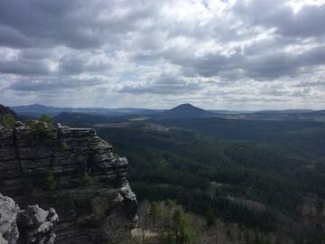 Only the shape of Rùžovský vrch in the Elbe Sandstone Mountains reminds of its past as being an active volcano during the Tertiary period. (Photo: Janka)