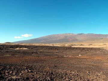 A wide view overlooking the dry and deserted terrain of Mauna Kea volcano, Big island, Hawaii (Photo: Janka)