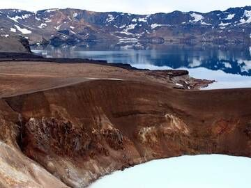Viti crater and lake Öskjuvatn fill only a part of the enormous Askja caldera in Iceland. (Photo: Janka)