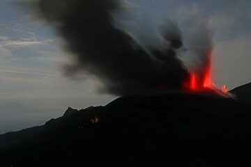 Strombolian eruption of Ibu in the evening (Photo: Jay Ramji)