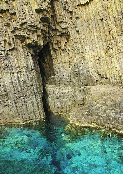 Columnar jointed lava at the Glaronisia Islets (Milos, Greece) (Photo: Jean-Maurice)