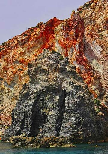 Old volcanic intrusion into oxidized and altered tuffs (Photo: Jean-Maurice)